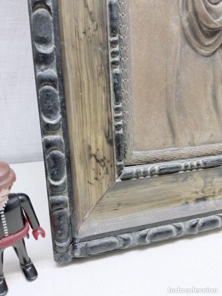 Antigüedades: Antiguo detente - Corazon de Jesus Bendice casa en metal repujado relieve - marco original años 30 - Foto 3 - 229833350