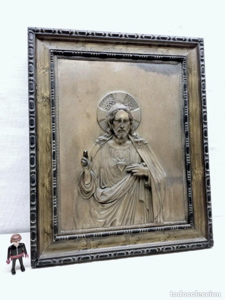 ANTIGUO DETENTE - CORAZON DE JESUS BENDICE CASA EN METAL REPUJADO RELIEVE - MARCO ORIGINAL AÑOS 30 (Antigüedades - Religiosas - Orfebrería Antigua)