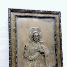 Antigüedades: ANTIGUO DETENTE - CORAZON DE JESUS BENDICE CASA EN METAL REPUJADO RELIEVE - MARCO ORIGINAL AÑOS 30. Lote 229833350