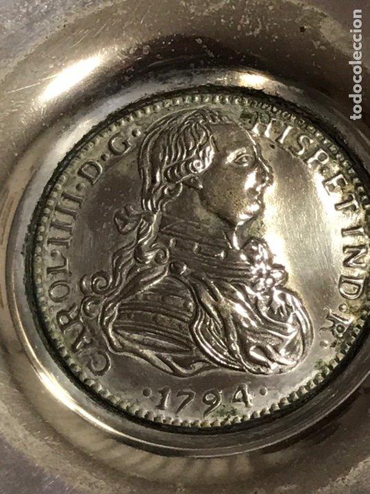 Antigüedades: Cenicero de alpaca plateada , con grabado de efigie del rey Carlos IV , grabado ALPPLAT, años 70 - Foto 2 - 230617835