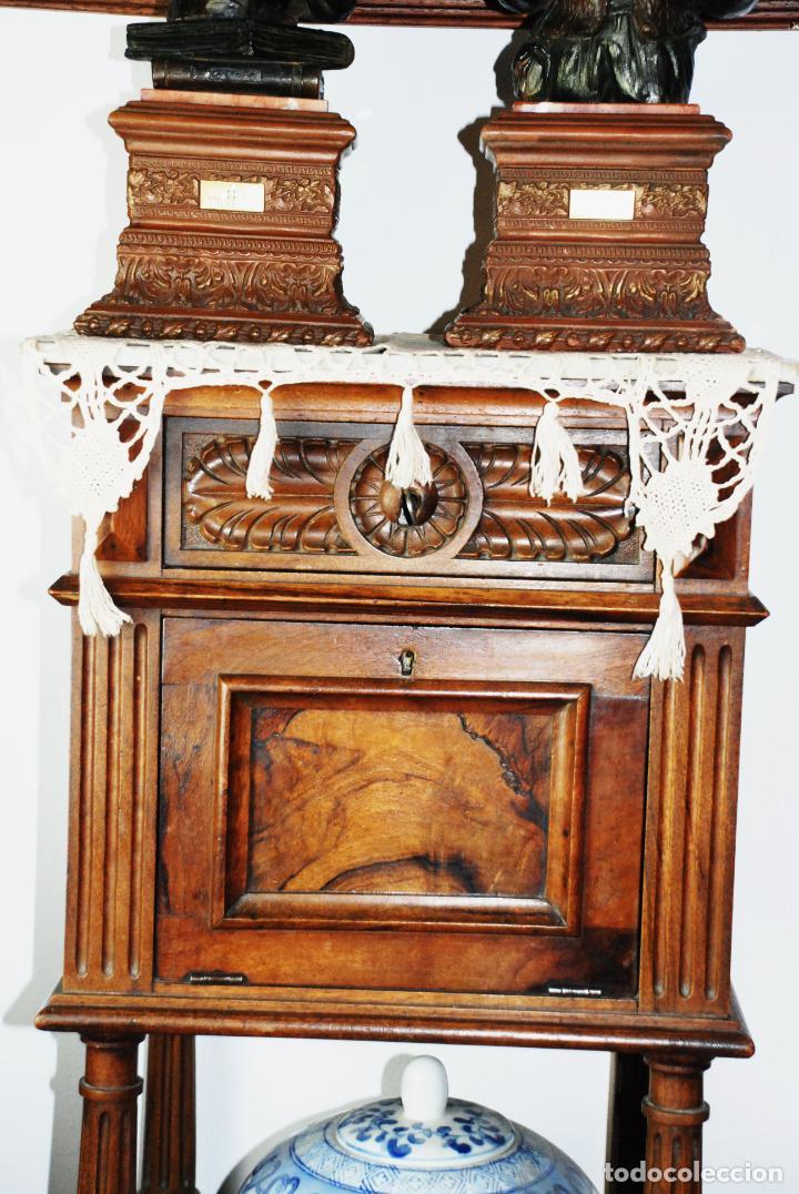 Antigüedades: Preciosa mesilla de estilo isabelino con tapa de marmol blanco jaspeado. Nogal español macizo. XVIII - Foto 2 - 230695880