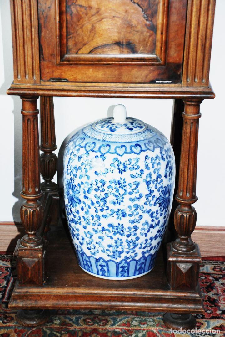 Antigüedades: Preciosa mesilla de estilo isabelino con tapa de marmol blanco jaspeado. Nogal español macizo. XVIII - Foto 3 - 230695880