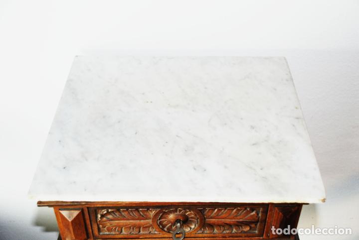 Antigüedades: Preciosa mesilla de estilo isabelino con tapa de marmol blanco jaspeado. Nogal español macizo. XVIII - Foto 5 - 230695880