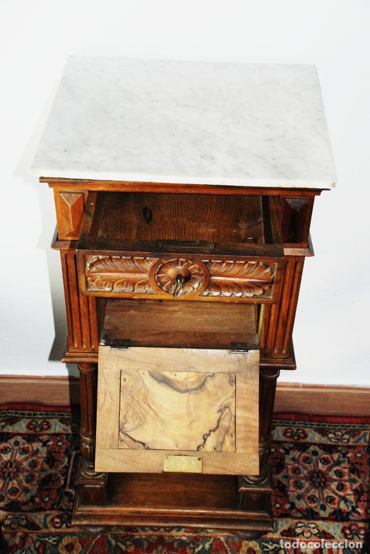 Antigüedades: Preciosa mesilla de estilo isabelino con tapa de marmol blanco jaspeado. Nogal español macizo. XVIII - Foto 6 - 230695880