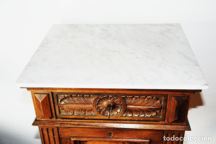 Antigüedades: Preciosa mesilla de estilo isabelino con tapa de marmol blanco jaspeado. Nogal español macizo. XVIII - Foto 7 - 230695880