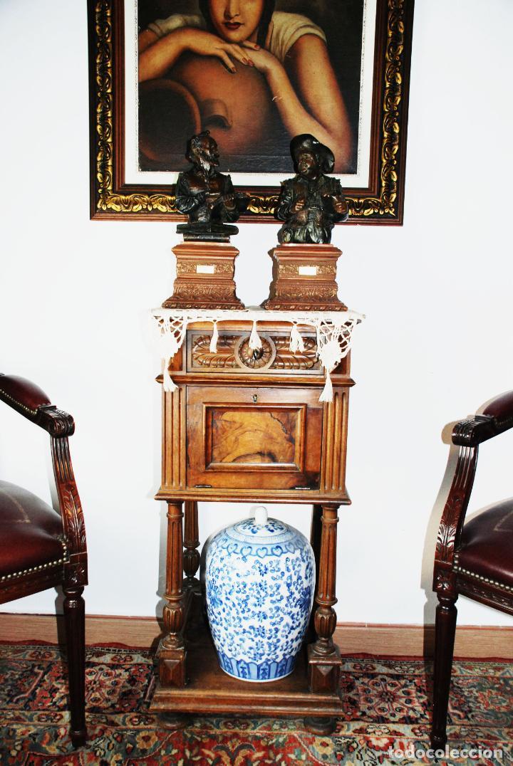 PRECIOSA MESILLA DE ESTILO ISABELINO CON TAPA DE MARMOL BLANCO JASPEADO. NOGAL ESPAÑOL MACIZO. XVIII (Antigüedades - Muebles Antiguos - Auxiliares Antiguos)