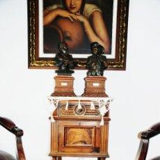 Antigüedades: PRECIOSA MESILLA DE ESTILO ISABELINO CON TAPA DE MARMOL BLANCO JASPEADO. NOGAL ESPAÑOL MACIZO. XVIII. Lote 230695880