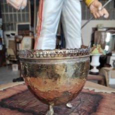 Antigüedades: CENTRO MESA FLORERO METAL CUBRE MACETAS TIESTO. Lote 230696450