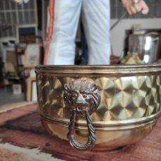 Antigüedades: CENTRO MESA FLORERO METAL CUBRE MACETAS TIESTO. Lote 230696570