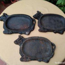 Antiquités: BANDEJAS DE HIERRO FUNDIDO MARCA ( LEÍN WEN) PARA SERVIR CARNES A LA BRASA EN LA MESA.. Lote 230696595