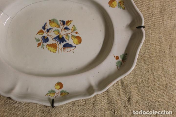 Antigüedades: Plato o fuente de cerámica de Alcora.S XVIII. - Foto 7 - 230746240