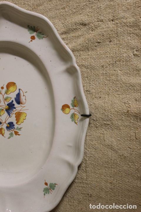 Antigüedades: Plato o fuente de cerámica de Alcora.S XVIII. - Foto 8 - 230746240