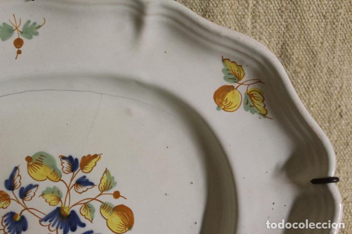 Antigüedades: Plato o fuente de cerámica de Alcora.S XVIII. - Foto 10 - 230746240