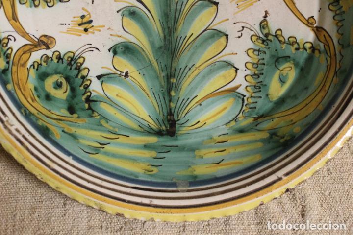 Antigüedades: Plato de cerámica de Talavera o Puente del Arzobispo. Serie del pino. - Foto 5 - 230746765