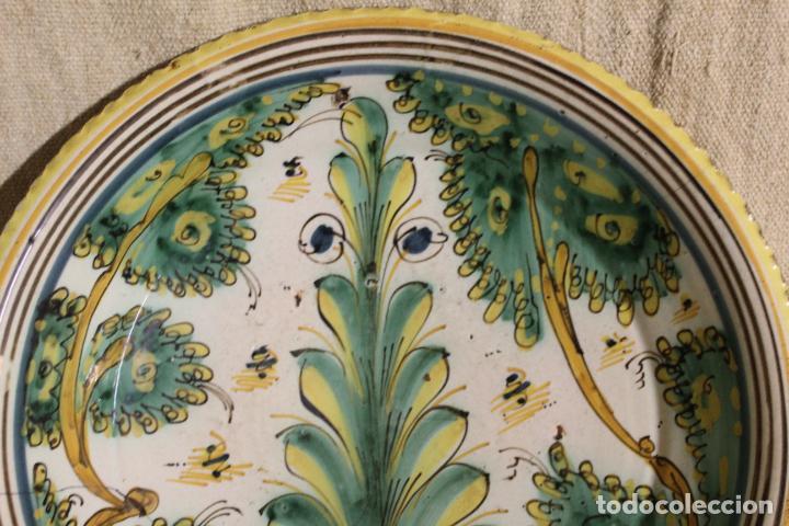 Antigüedades: Plato de cerámica de Talavera o Puente del Arzobispo. Serie del pino. - Foto 6 - 230746765