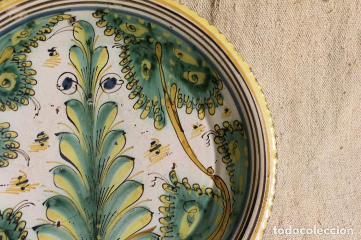 Antigüedades: Plato de cerámica de Talavera o Puente del Arzobispo. Serie del pino. - Foto 9 - 230746765