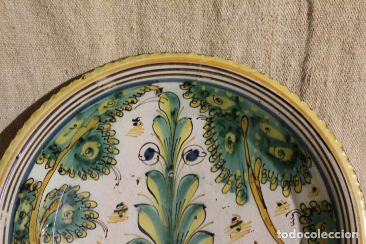 Antigüedades: Plato de cerámica de Talavera o Puente del Arzobispo. Serie del pino. - Foto 10 - 230746765