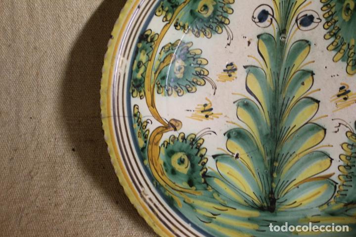 Antigüedades: Plato de cerámica de Talavera o Puente del Arzobispo. Serie del pino. - Foto 12 - 230746765