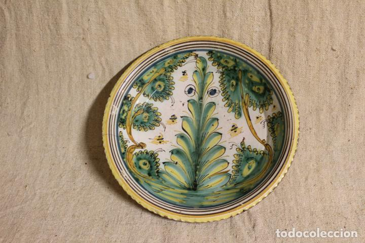 PLATO DE CERÁMICA DE TALAVERA O PUENTE DEL ARZOBISPO. SERIE DEL PINO. (Antigüedades - Porcelanas y Cerámicas - Puente del Arzobispo )