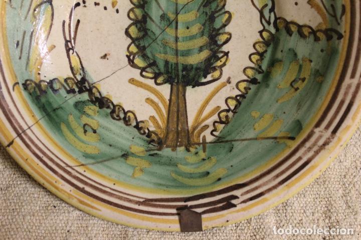 Antigüedades: Plato de cerámica de Talavera o Puente del Arzobispo. Serie del pino. - Foto 2 - 230749410