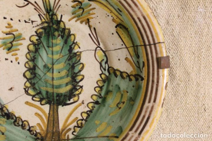 Antigüedades: Plato de cerámica de Talavera o Puente del Arzobispo. Serie del pino. - Foto 5 - 230749410