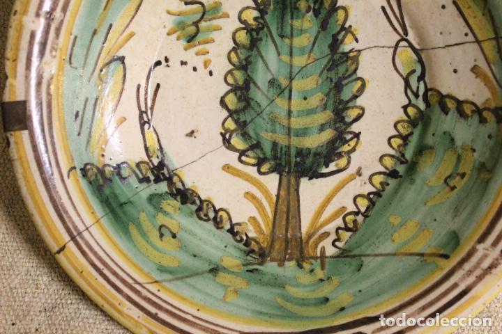 Antigüedades: Plato de cerámica de Talavera o Puente del Arzobispo. Serie del pino. - Foto 6 - 230749410