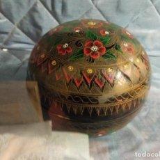 Antigüedades: PRECIOSA CAJA GRANDE EN PAPEL MACHE MUY TRABAJADA Y DECORADA. Lote 230767270