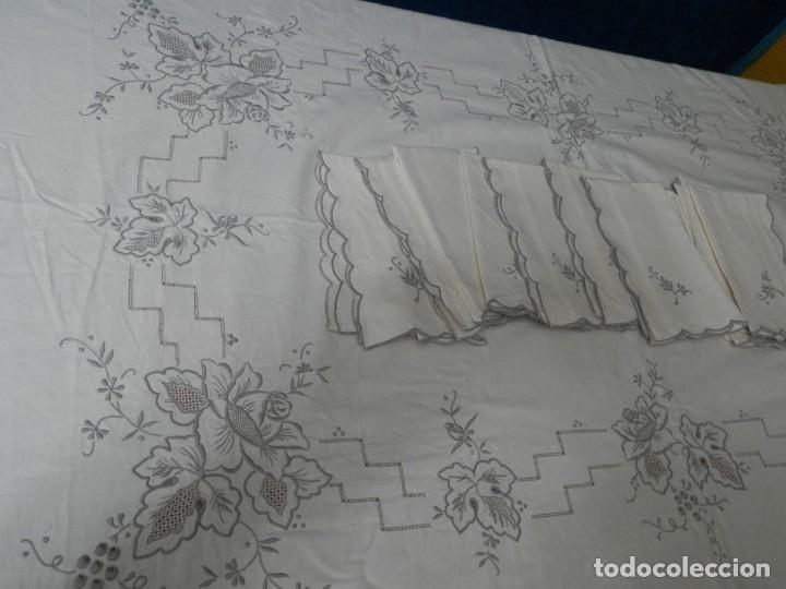 MANTELERIA ANTIGUA BORDADA CON 12 SERVILLETAS TAMBIEN BORDADAS. ¡¡ EXPECTACULAR DE BONITA!! (Antigüedades - Hogar y Decoración - Manteles Antiguos)