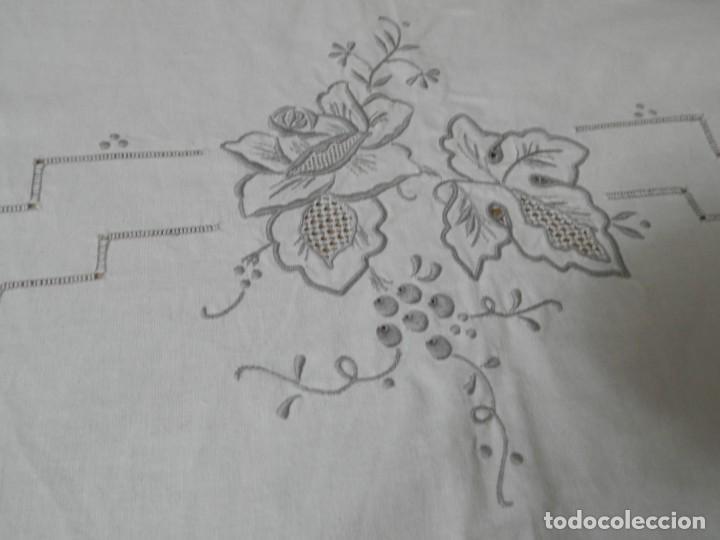 Antigüedades: MANTELERIA ANTIGUA BORDADA CON 12 SERVILLETAS TAMBIEN BORDADAS. ¡¡ EXPECTACULAR DE BONITA!! - Foto 3 - 230768995