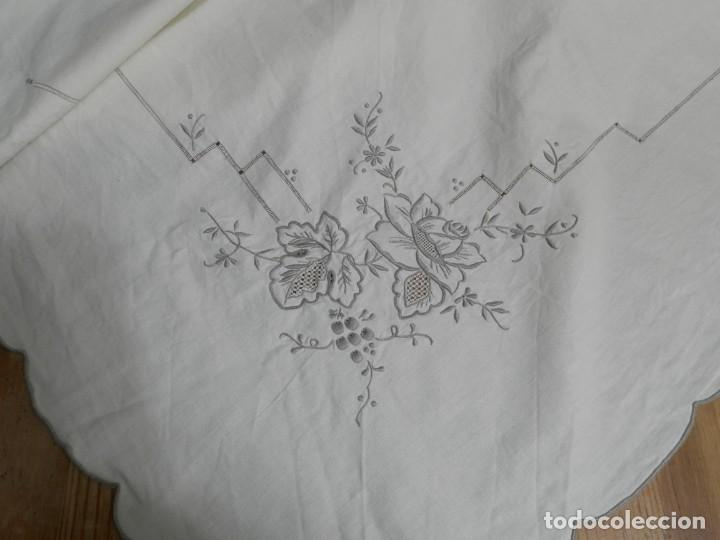 Antigüedades: MANTELERIA ANTIGUA BORDADA CON 12 SERVILLETAS TAMBIEN BORDADAS. ¡¡ EXPECTACULAR DE BONITA!! - Foto 5 - 230768995