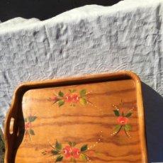 Antigüedades: ANTIGUA BANDEJA DE MADERA COLOR NATURAL CON FLORES PINTADAS A MANO PARA CAMA O SOFÁ AÑOS 60. Lote 230782820