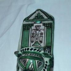 Antigüedades: PRECIOSA ANTIGUA BENDITERA DE CERÁMICA DOMINGO PUNTER R-25 TERUEL 25CM. Lote 230868470