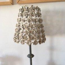 Antigüedades: ORIGINAL Y ÚNICA LÁMPARA CANDELABRO CON TULIPA DE HIERRO MOTIVO FLORAL.. Lote 230985860