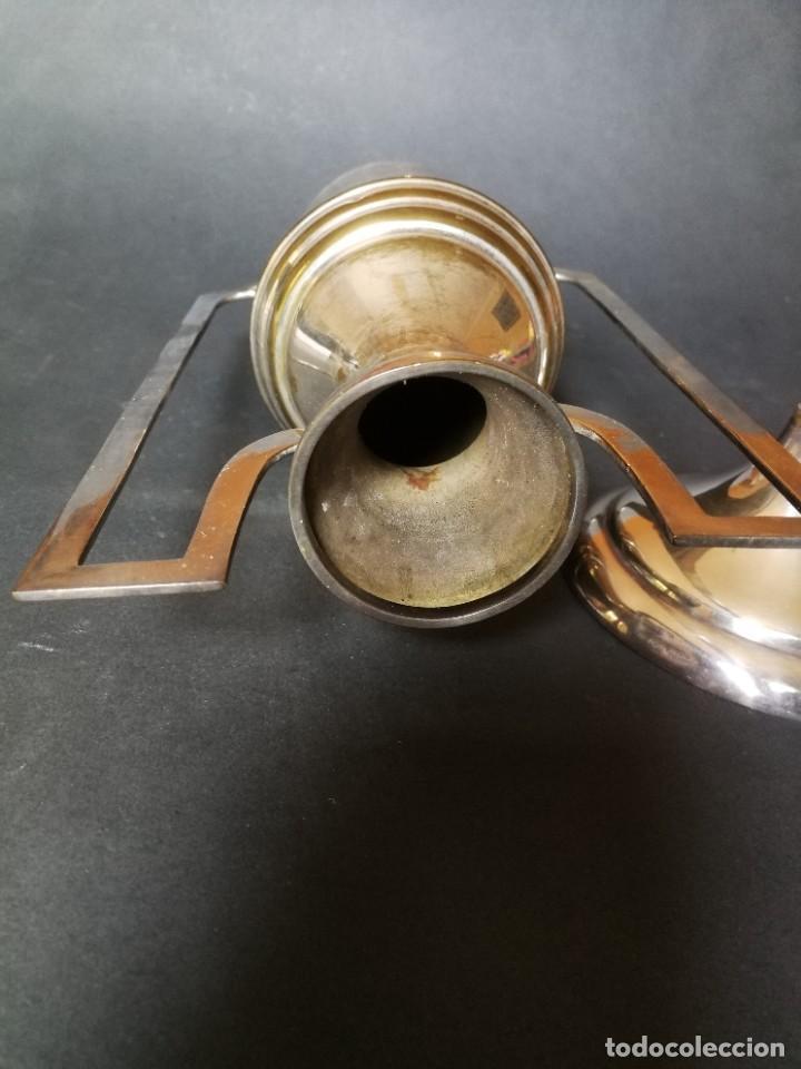 JARRÓN METÁLICO CON ASAS (Antigüedades - Hogar y Decoración - Floreros Antiguos)