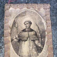Oggetti Antichi: ESCAPULARIO ANTIGUO DEL PADRE RAMON NONATO BORDADO Y GRABADO 12 CMS. DE ALTO X 5 DE LARGO. Lote 231191925