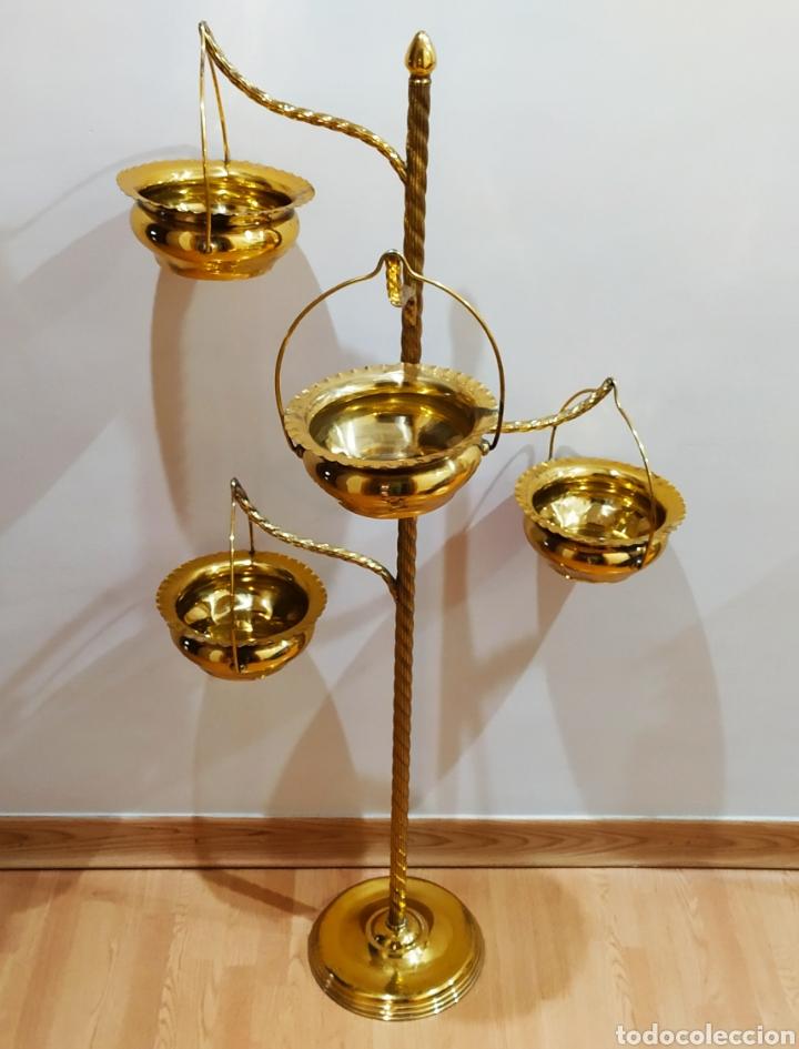MACETERO CON PIE; BRAZOS DE LATÓN Y METAL DORADO; 4 MACETEROS. (Antigüedades - Hogar y Decoración - Maceteros Antiguos)