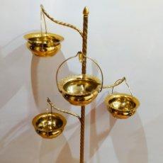 Antigüedades: MACETERO CON PIE; BRAZOS DE LATÓN Y METAL DORADO; 4 MACETEROS.. Lote 231201950