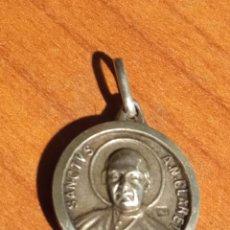 Antigüedades: MEDALLA DE PLATA CON RELIQUIA SANCTUS A M CLARET. Lote 231228590