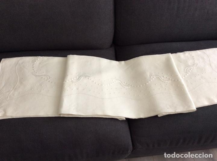 Antigüedades: Sabana de hilo con importante bordado a mano. Año 1975. Firma Burjan. Sin iniciales - Foto 28 - 223933842
