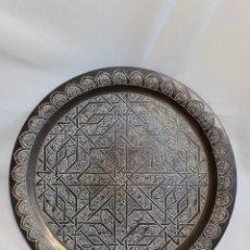 Antigüedades: BANDEJA DE LATÓN REPUJADO. Lote 231345880