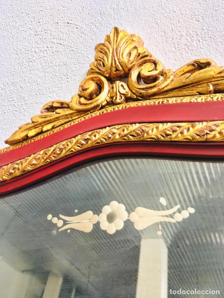Antigüedades: ESPEJO CLASICO GRANATE Y DORADO ESTILO CORNUCOPIA CON MARCO DE MADERA ORNAMENTADO Y GANCHO DE PARED - Foto 4 - 231363960