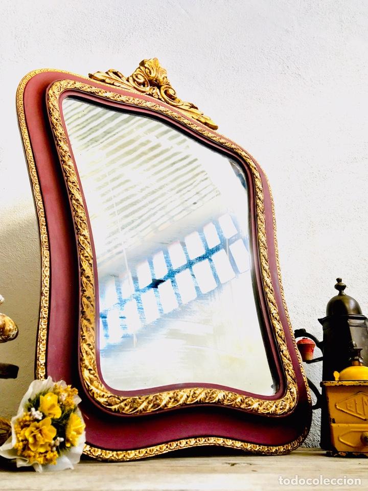 Antigüedades: ESPEJO CLASICO GRANATE Y DORADO ESTILO CORNUCOPIA CON MARCO DE MADERA ORNAMENTADO Y GANCHO DE PARED - Foto 11 - 231363960