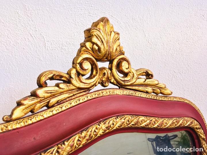 Antigüedades: ESPEJO CLASICO GRANATE Y DORADO ESTILO CORNUCOPIA CON MARCO DE MADERA ORNAMENTADO Y GANCHO DE PARED - Foto 2 - 231363960