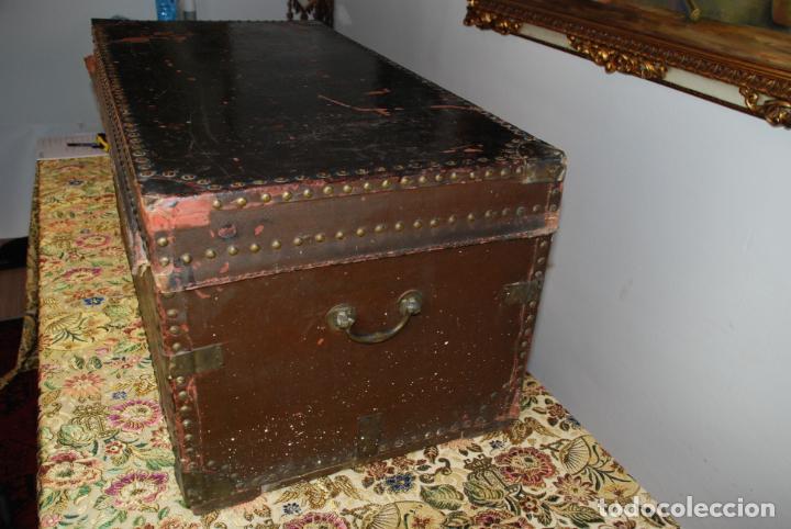 Antigüedades: Gran baúl de cuero y madera. Tapa plana. 97 cm de largo, 50 cm de fondo y 46 cm. de alto. Siglo XIX. - Foto 4 - 231407615