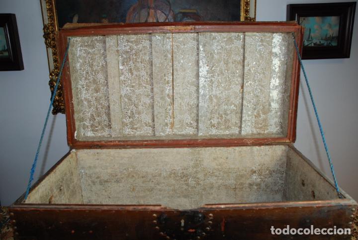 Antigüedades: Gran baúl de cuero y madera. Tapa plana. 97 cm de largo, 50 cm de fondo y 46 cm. de alto. Siglo XIX. - Foto 5 - 231407615