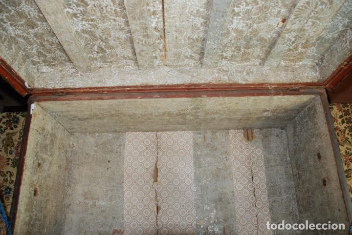 Antigüedades: Gran baúl de cuero y madera. Tapa plana. 97 cm de largo, 50 cm de fondo y 46 cm. de alto. Siglo XIX. - Foto 6 - 231407615