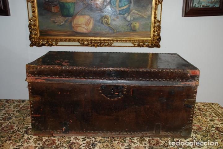 GRAN BAÚL DE CUERO Y MADERA. TAPA PLANA. 97 CM DE LARGO, 50 CM DE FONDO Y 46 CM. DE ALTO. SIGLO XIX. (Antigüedades - Muebles Antiguos - Baúles Antiguos)