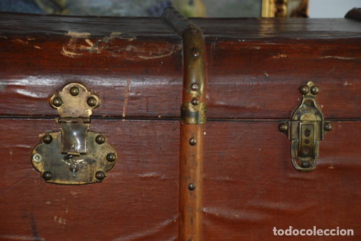 Antigüedades: Enorme baúl de madera. Tapa plana. 93 cm de largo, 54 cm de fondo y 68 cm. de alto. Siglo XIX. - Foto 2 - 231407840
