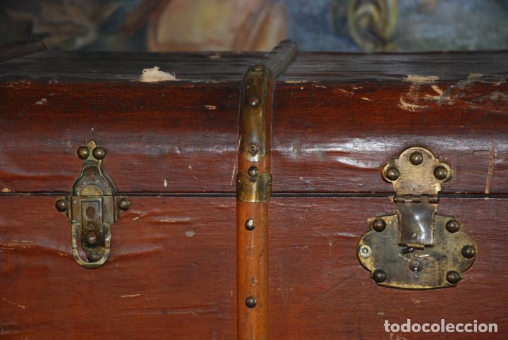 Antigüedades: Enorme baúl de madera. Tapa plana. 93 cm de largo, 54 cm de fondo y 68 cm. de alto. Siglo XIX. - Foto 3 - 231407840