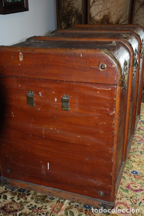 Antigüedades: Enorme baúl de madera. Tapa plana. 93 cm de largo, 54 cm de fondo y 68 cm. de alto. Siglo XIX. - Foto 4 - 231407840